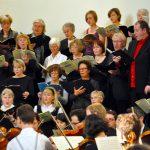 05_Chor_und_Orchester_vorn_links_in_der_Generalprobe